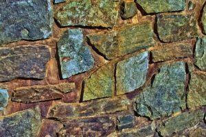 Wand mit natürlichen Steinen