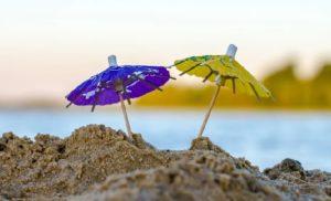 Kleine Schirme im Sand