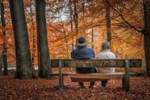 Rentnerpaar auf Bank